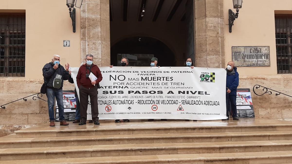 Dirigentes de Favepa, frente a las puertas del consistorio