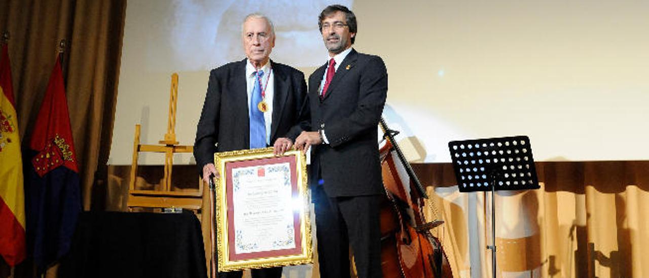 Agustín Pallares (izquierda), anoche, junto al presidente del Cabildo de Lanzarote, Pedro San Ginés.