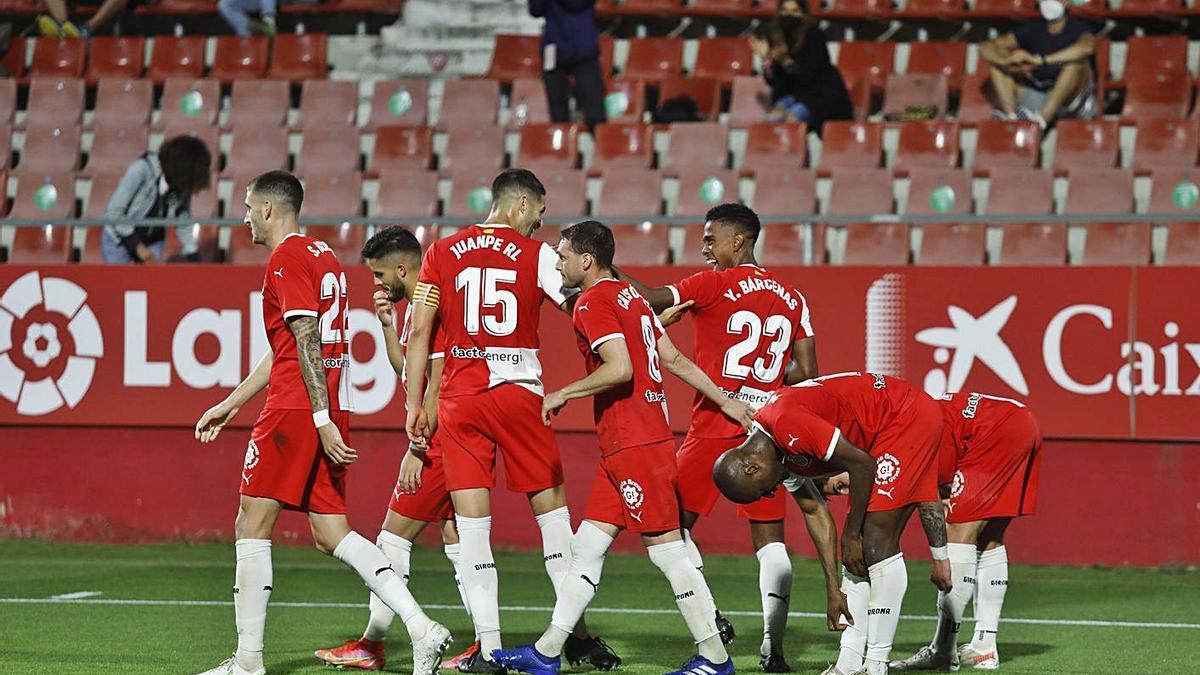 Els jugadors del Girona celebrant la victòria contra l'Almeria a Montilivi.   ANIOL RESCLOSA
