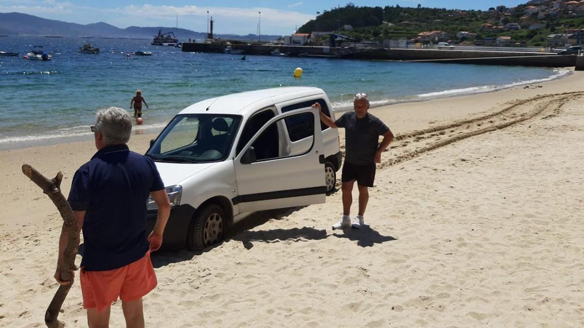 """El """"rescate"""" de la furgoneta en la playa de Raxó. // Elena Acuña FB"""