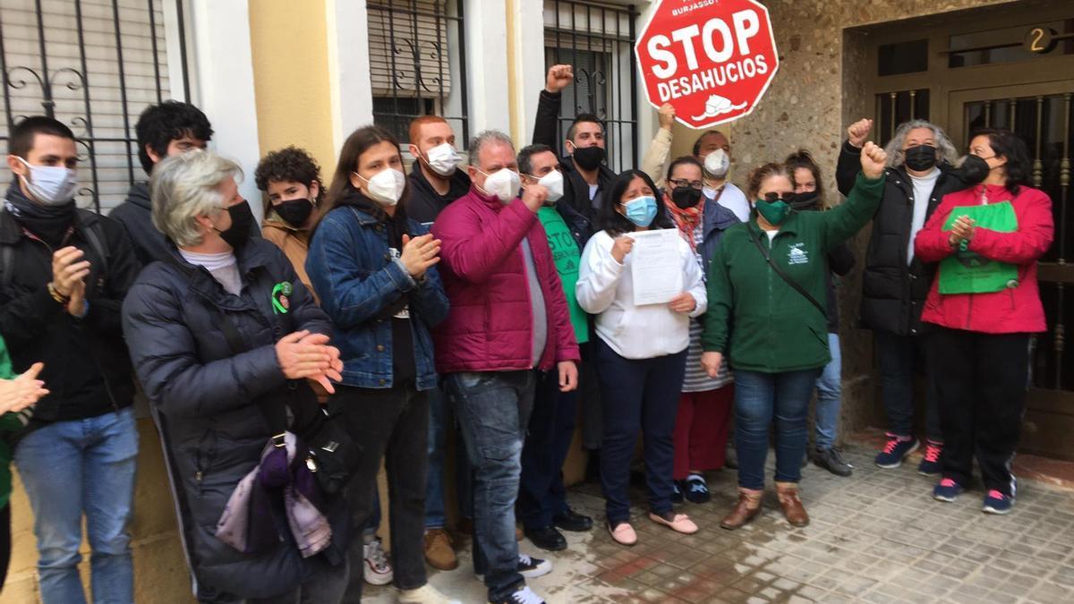 Activistas de la PAH paralizan el desahucio de Lucilda