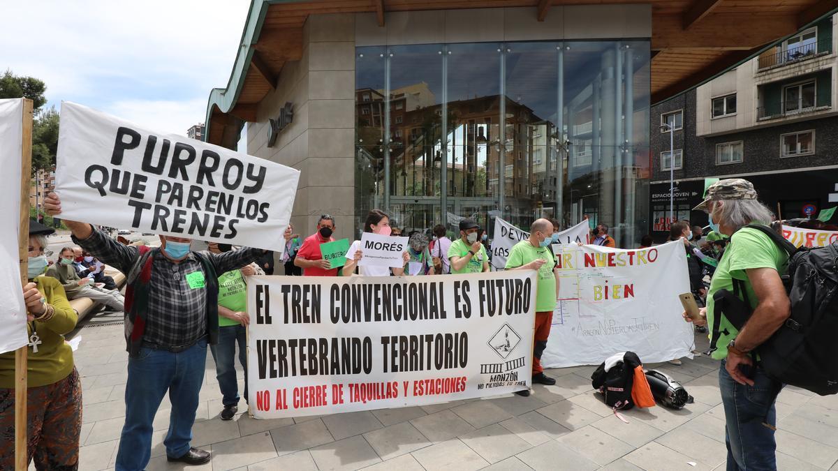 Protesta reciente de distintos pueblos de Aragón junto a la estación de Goya de Zaragoza.