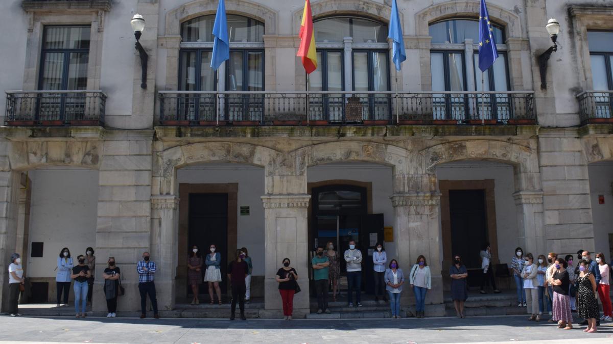 Minuto de silencio a las puertas del Ayuntamiento.