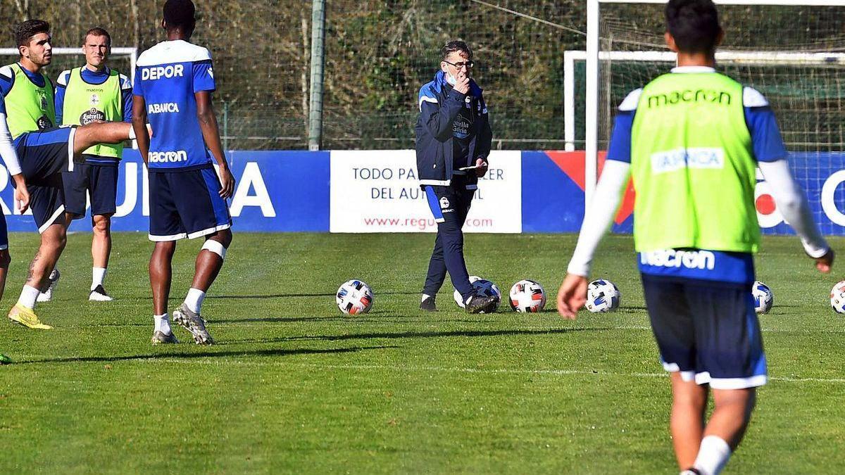 Fernando Vázquez camina entre sus jugadores durante un entrenamiento.