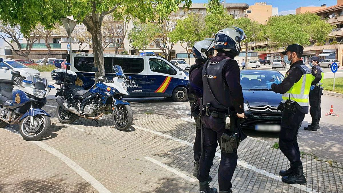 Varios policías, durante un control en Palma en abril pasado por la crisis del coronavirus.