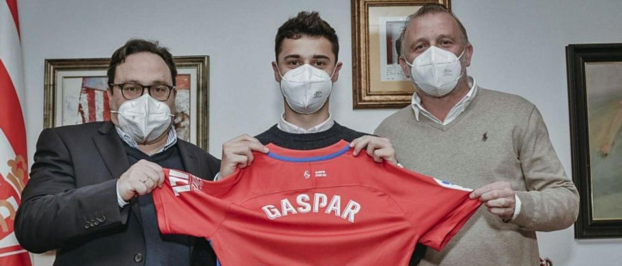 Gaspar Campos, entre Javier Fernández y Javi Rico, ayer, tras firmar su nuevo contrato.   RSG