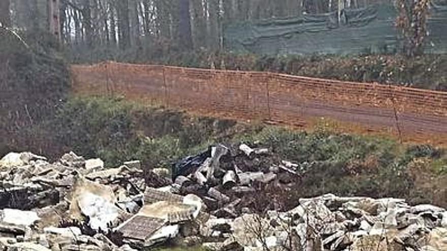El PSOE acusa al Concello de verter escombros en una finca privada