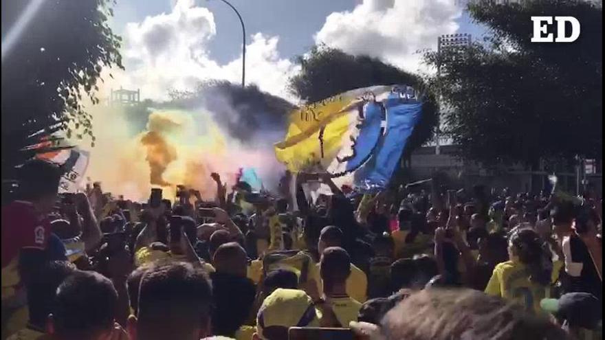 La afición saluda a la plantilla de la UD Las Palmas a su llegada al estadio