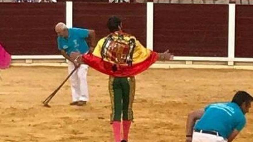 Críticas a Juan José Padilla por lucir una bandera franquista