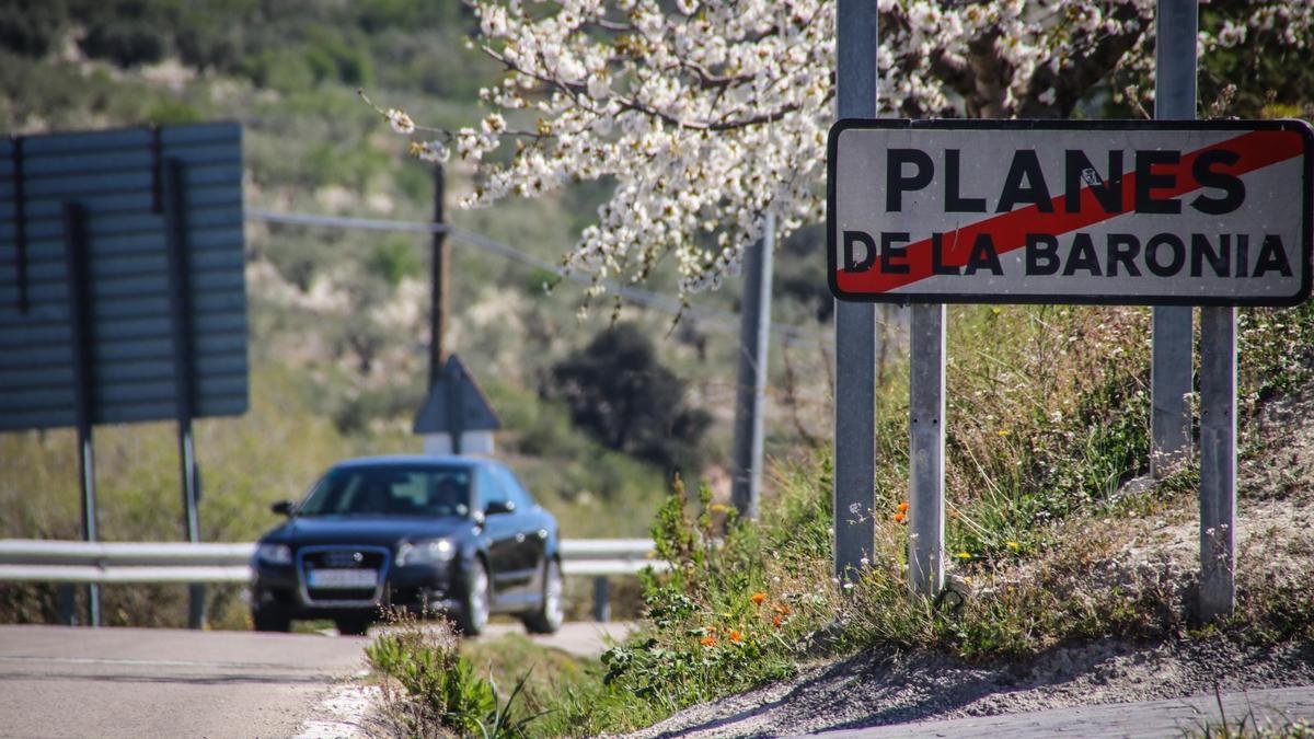 Carretera CV-700 a la salida de Planes hacia la Vall de Gallinera.