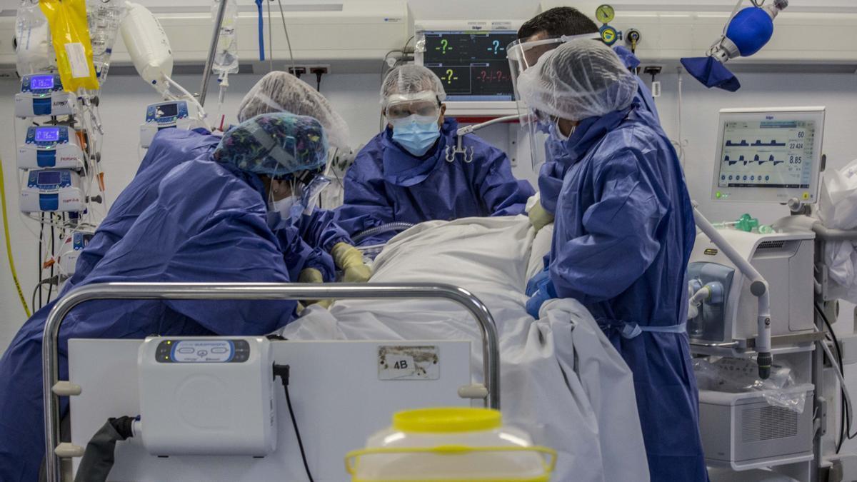 Sanitarios con un paciente de covid-19 en el Hospital General de Alicante.