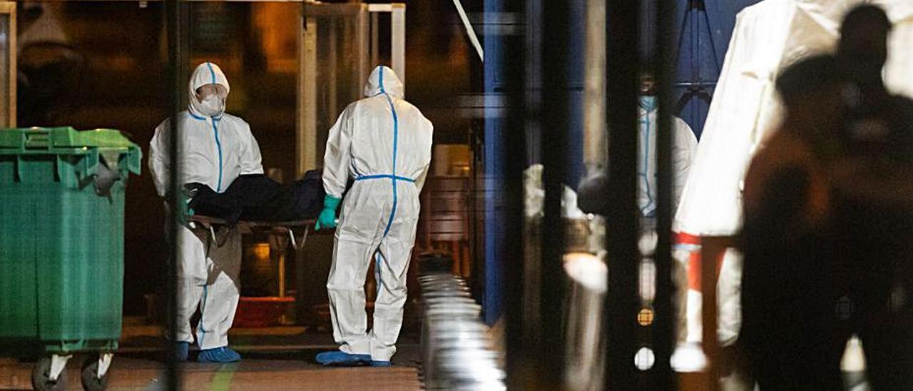 Traslado de uno de los cadáveres en el Puerto de Los Cristianos. | |