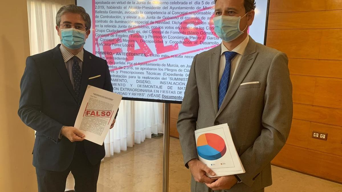 Jesús Pacheco y Marco Antonio Fernández muestran las tablas de contratos por partidos políticos. L. O.