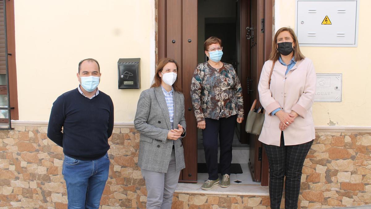 La alcaldesa y la delegada de la Junta, con vecinos benefiarios de las ayudas al arreglo de viviendas en Baena.