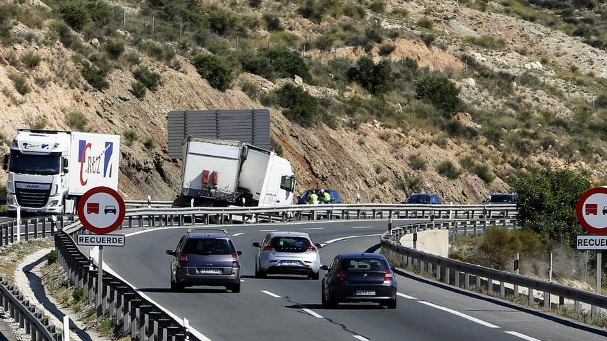 El accidente de un camión provoca 7 kilómetros de retenciones en la A-31 entre Elda y Novelda