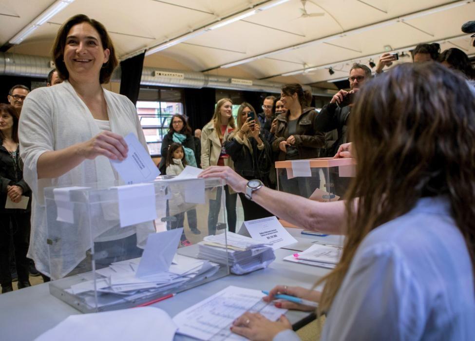 La alcaldesa de Barcelona, Ada Colau, a punto de introducir el sobre en la urna.
