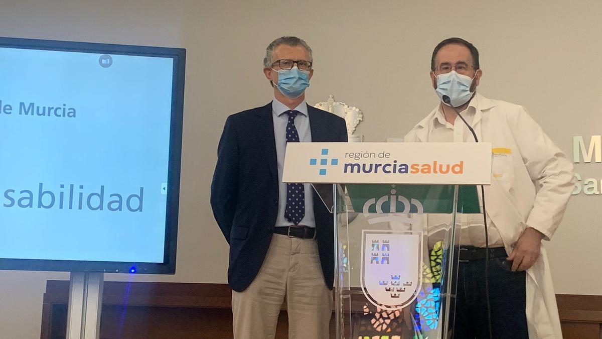 El consejero de Salud, Juan José Pedreño, acompañado de Jaime Pérez, portavoz del Comité de Seguimiento Covid.