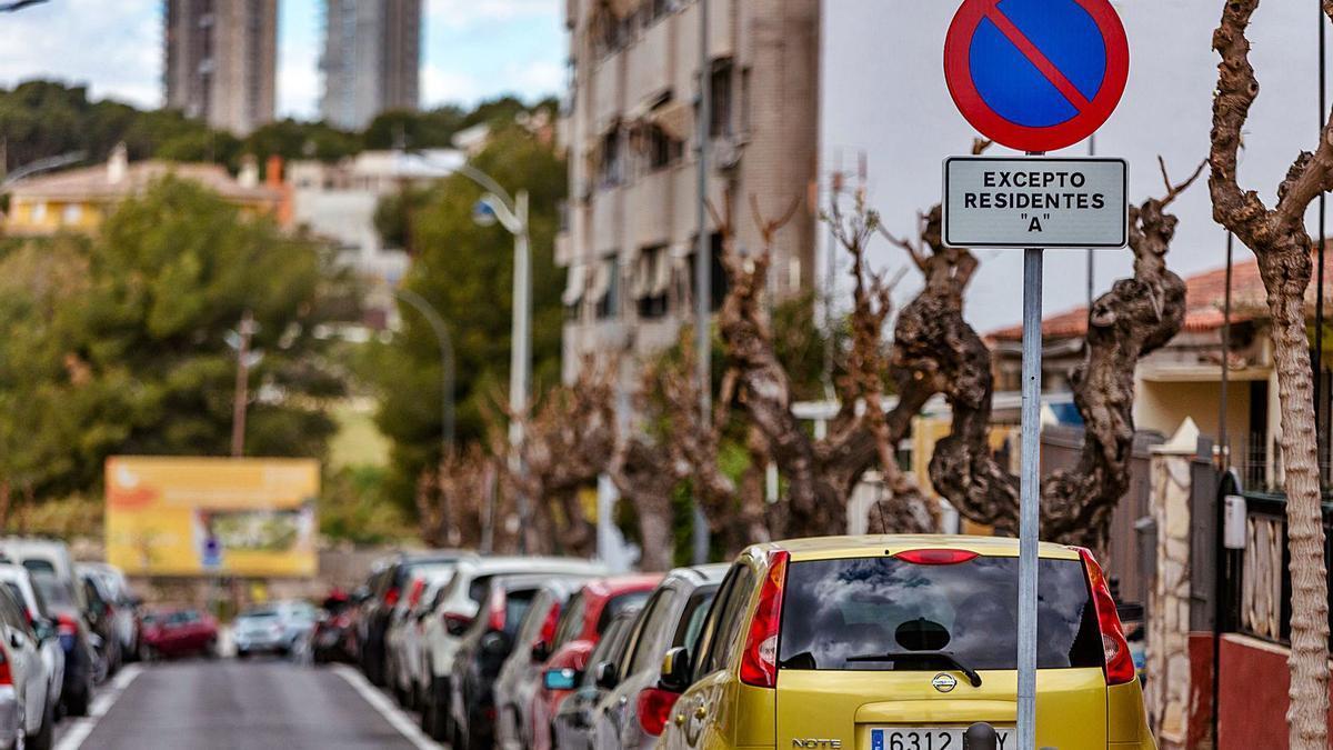 Una de las calles de Benidorm que tiene el estacionamiento reservado para vehículos con tarjeta de residente