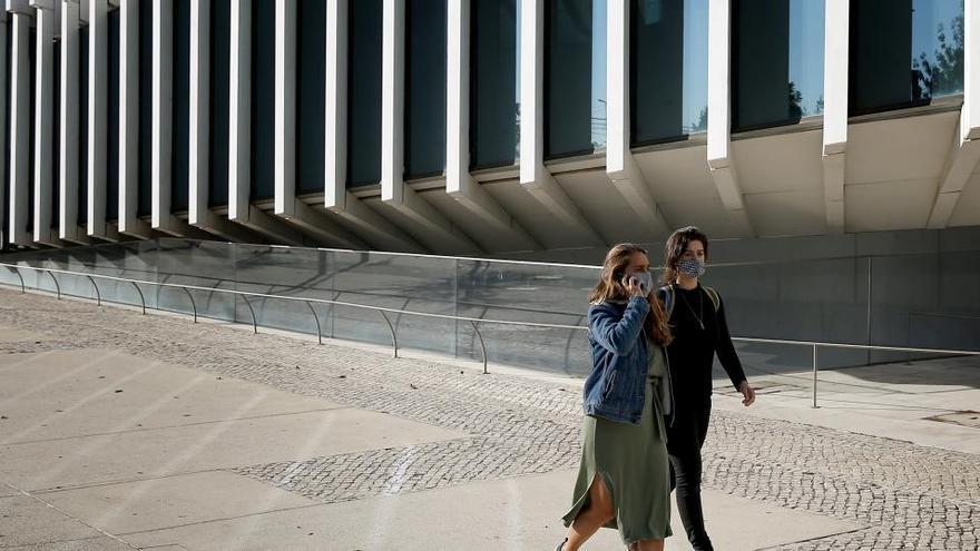 Los portugueses confinados, los turistas no