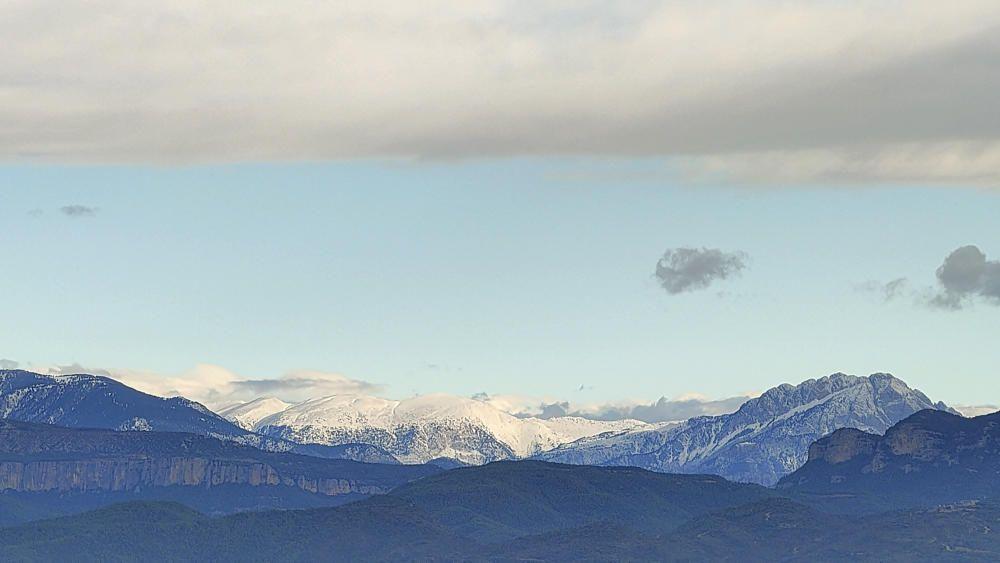La neu al Cadí, i el Pedraforca emblanquinat.