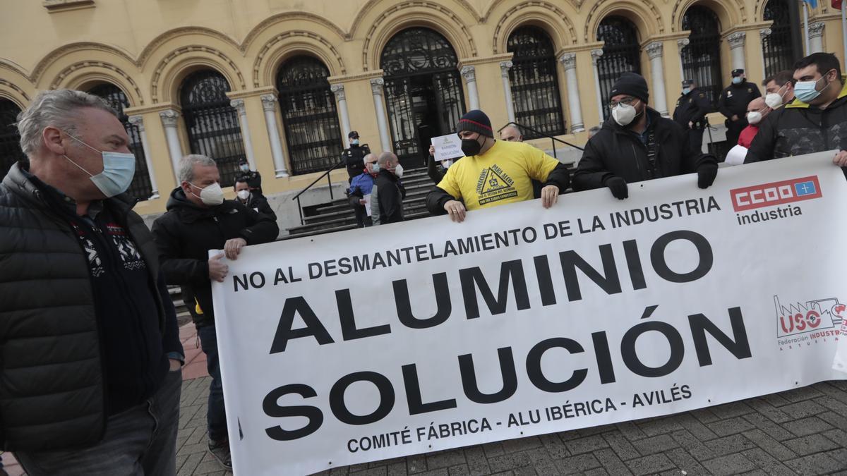 Concentración de trabajadores de Alu Ibérica ante la presidencia del Principado