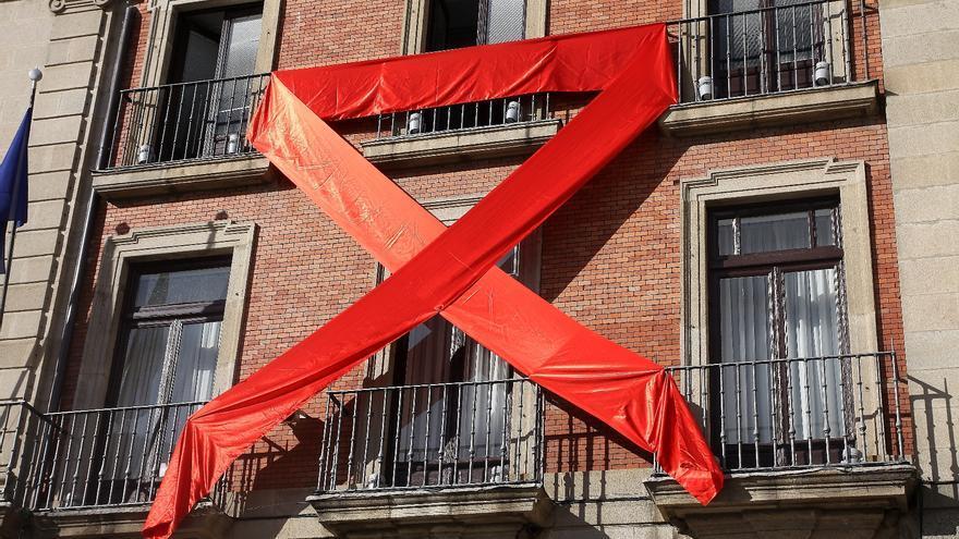 La fachada del Ayuntamiento de Zamora, de rojo por el Día Mundial de la lucha contra el Sida