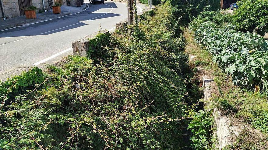 Operarios de la Diputación estudian una solución a los riesgos del puente de Cobas