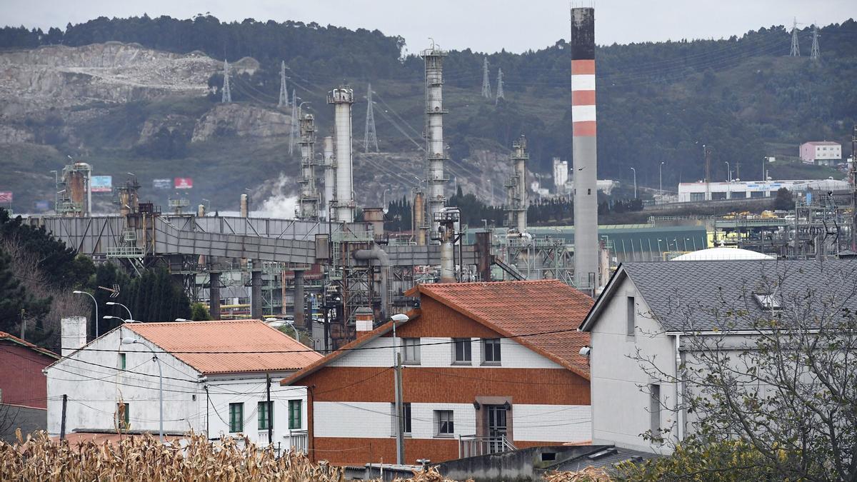 Refinería de A Coruña, con las casas de Bens en primer término.