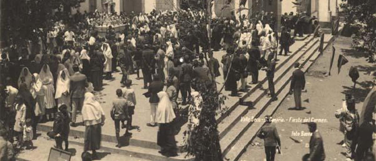 Procesión en Valleseco, con la imagen de San Vicente al fondo a la izquierda, a principios del siglo XX.