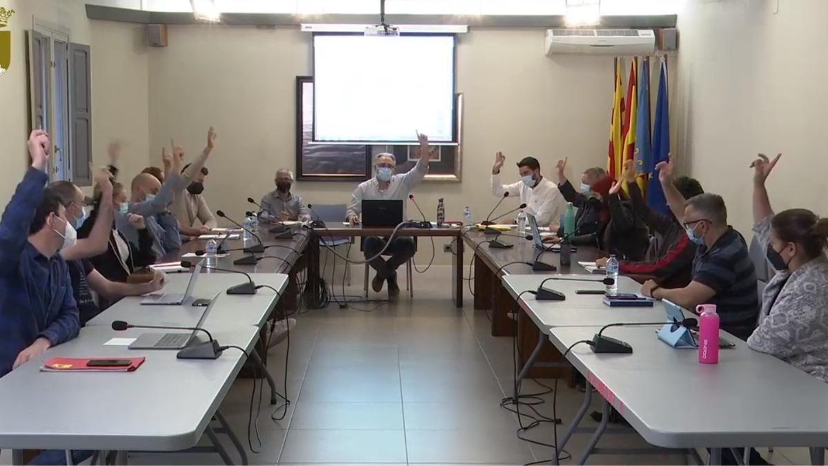 Una imagen de una de las votaciones del pleno de Pedreguer