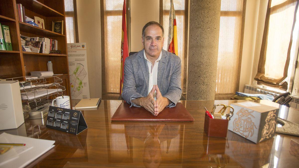 Santiago Román en el despacho de Alcaldía.