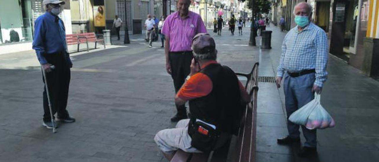 Personas mayores en la calle Triana en Las Palmas de Gran Canaria.