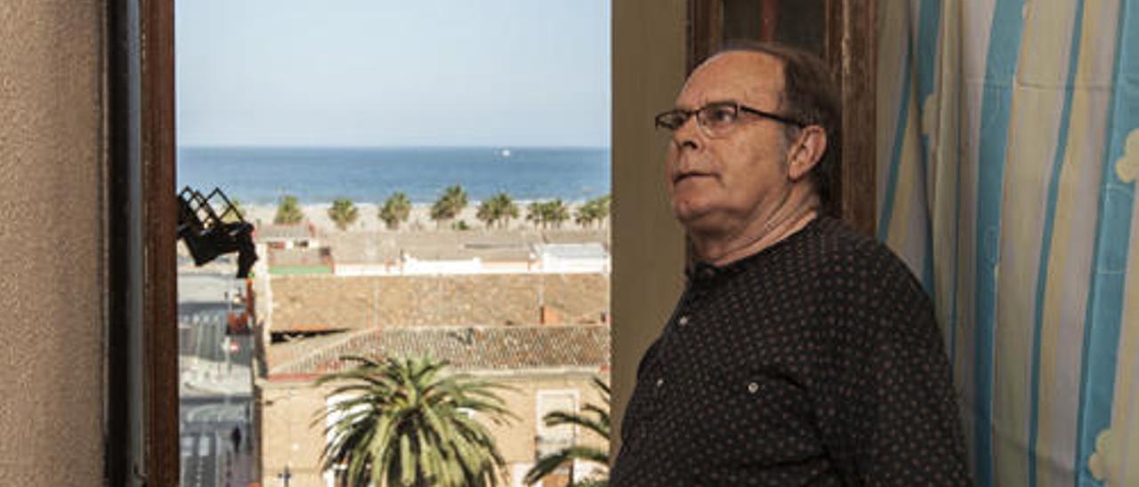 José muestra las vistas al mar de su vivienda. El ayuntamiento le ofrece 32.600 euros por ella.