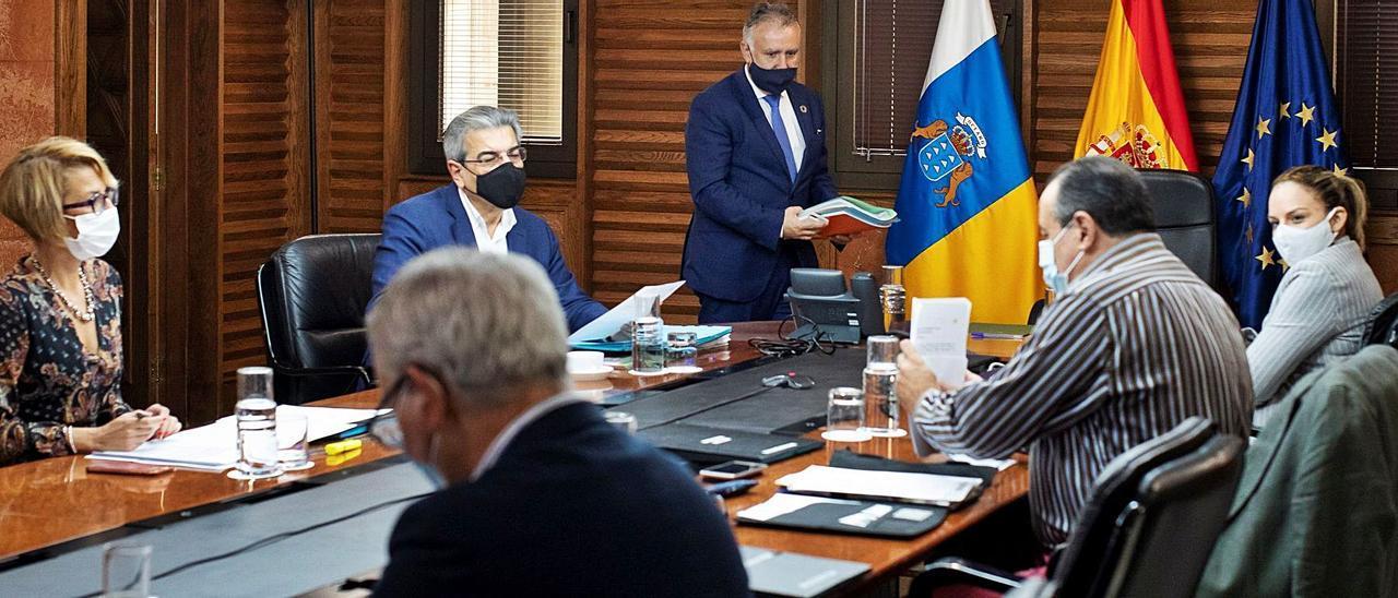 Ángel Víctor Torres, ayer momentos antes de tomar asiento junto a sus consejeros de Gobierno. | | EFE / QUIQUE CURBELO