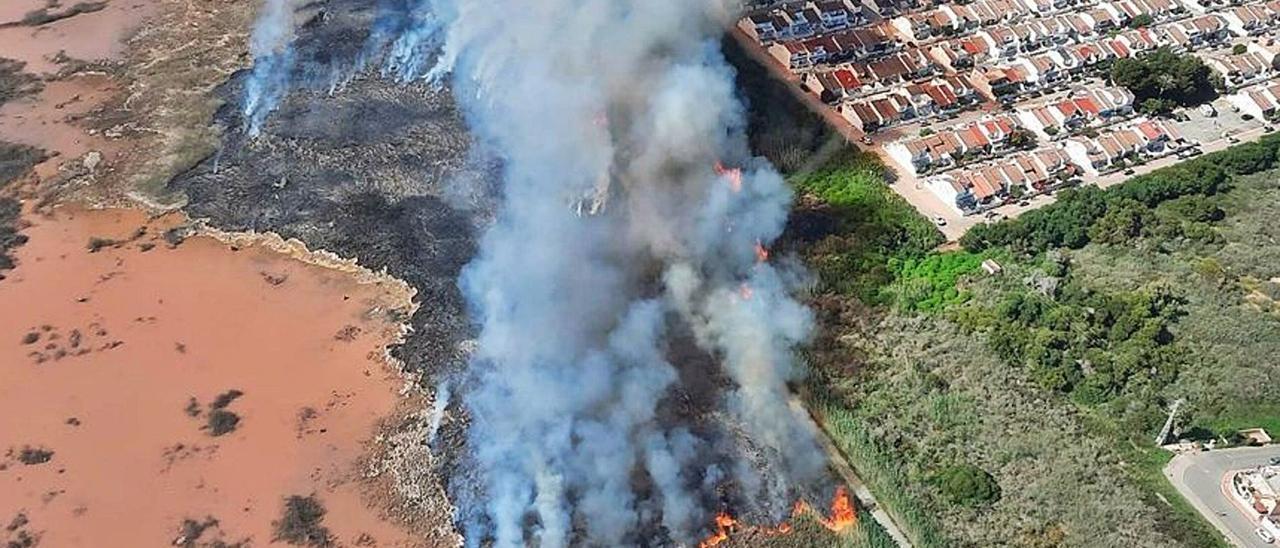 Imagen del incendio que arrasó 20 hectáreas de saladar en la laguna rosa muy cerca de las urbanizaciones. | CONSORCIO PROVINCIAL DE BOMBEROS
