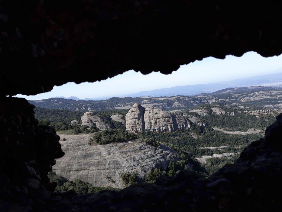 La Falconera. El Montcau, aquesta és una imatge de la Falconera feta des de la Roca de la Coca sota el Montcau, on es poden veure les roques i la vegetació que l'envolten.
