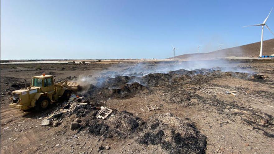 Una retroexcavadora apaga los incendios del Sureste un día después de su inicio