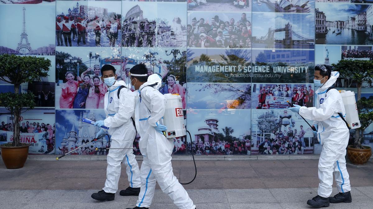 Un equipo de desinfección en las calles de Malasia