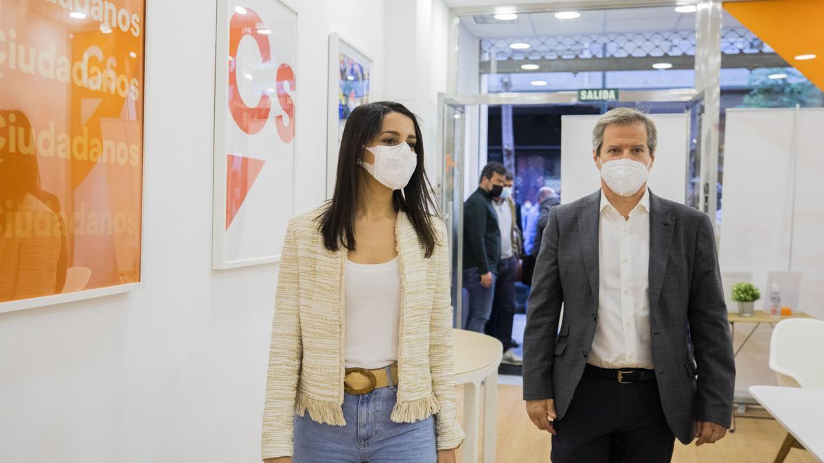 La presidenta de Ciudadanos, Inés Arrimadas, y el coordinador autonómico y vicesecretario general, Daniel Pérez Calvo, acceden a la sede del partido en la calle Pedro María Ric, de Zaragoza.