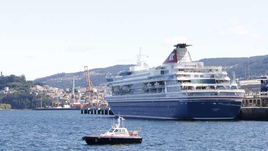 """El británico """"Balmoral"""", primero de los 15 cruceros que llegarán a Vigo este mes"""