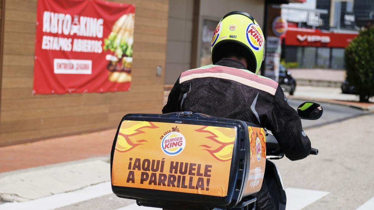 Un repartidor de Burger King a domicilio.