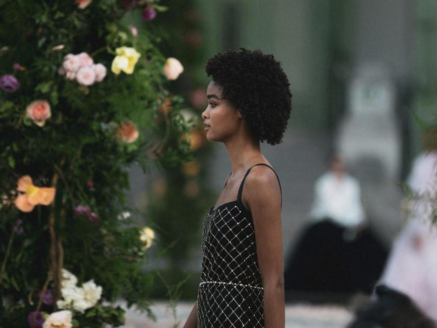 Chanel se queda en familia para mostrar su colección virtual de Alta Costura