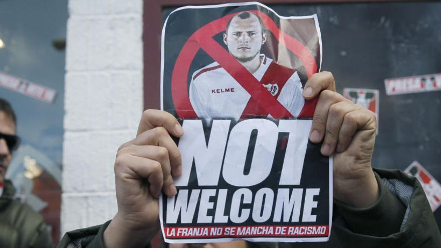 La Liga se querella contra diez personas por  coacciones a Zozulya en el Rayo Vallecano