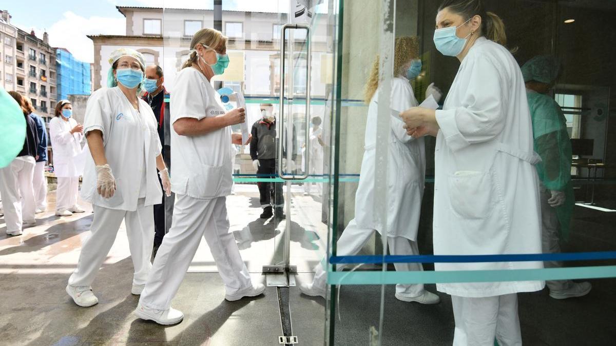 Personal sanitario en el hospital de Santiago durante la pandemia del coronavirus. // Gustavo Santos