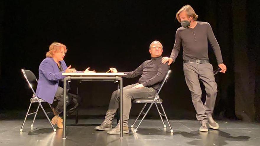 L'escriptor, amb els actors ja a l'escenari.