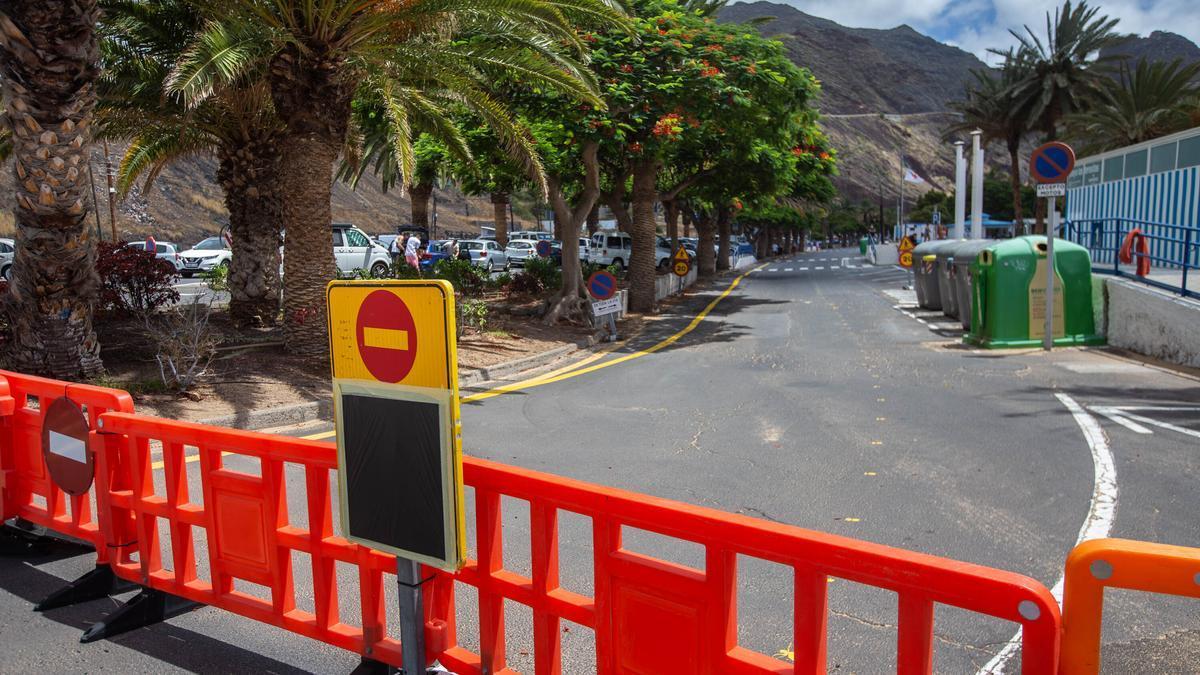Cierre completo del denominado carril 0 de Las Teresitas con el fin de dividirlo en dos zonas, para peatones y para vehículos.