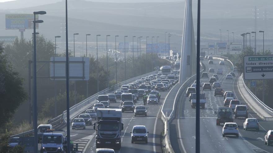 Grandes retenciones de tráfico en el puente de Andalucía debido a una colisión por alcance