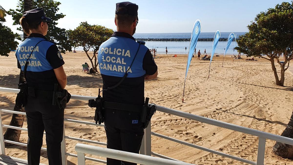 Agentes de la Policía Local de Santa Cruz en la playa de Las Teresitas.