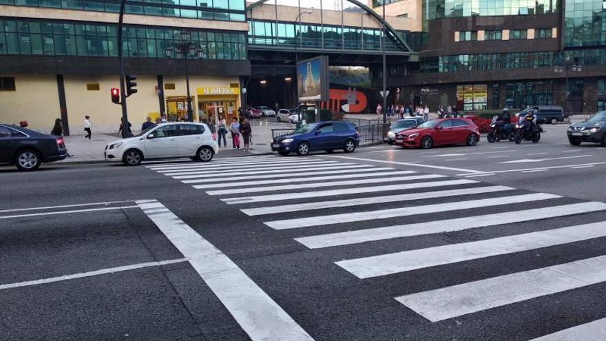 """Riesgo al cruzar la Avenida de Santander: """"El semáforo se cierra y no da tiempo"""""""