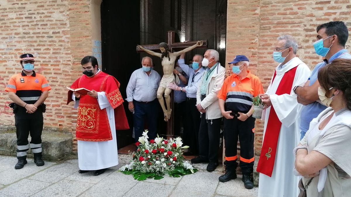 Bendición de la pradera celebrada el pasado año con el Cristo de las Batallas en la puerta de la ermita